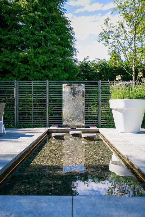 Pool and water wall Barnes Walker Ltd Modern garden