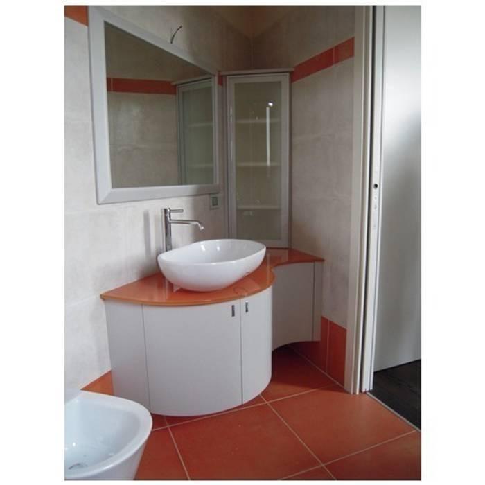 Mobile bagno sagomato curvato: Bagno in stile in stile Moderno di CORDEL s.r.l.