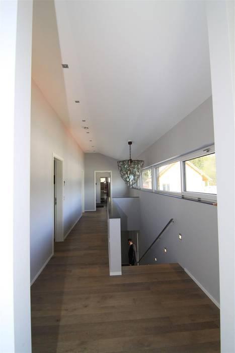 Architekturbüro Ketterer Pasillos, vestíbulos y escaleras de estilo moderno
