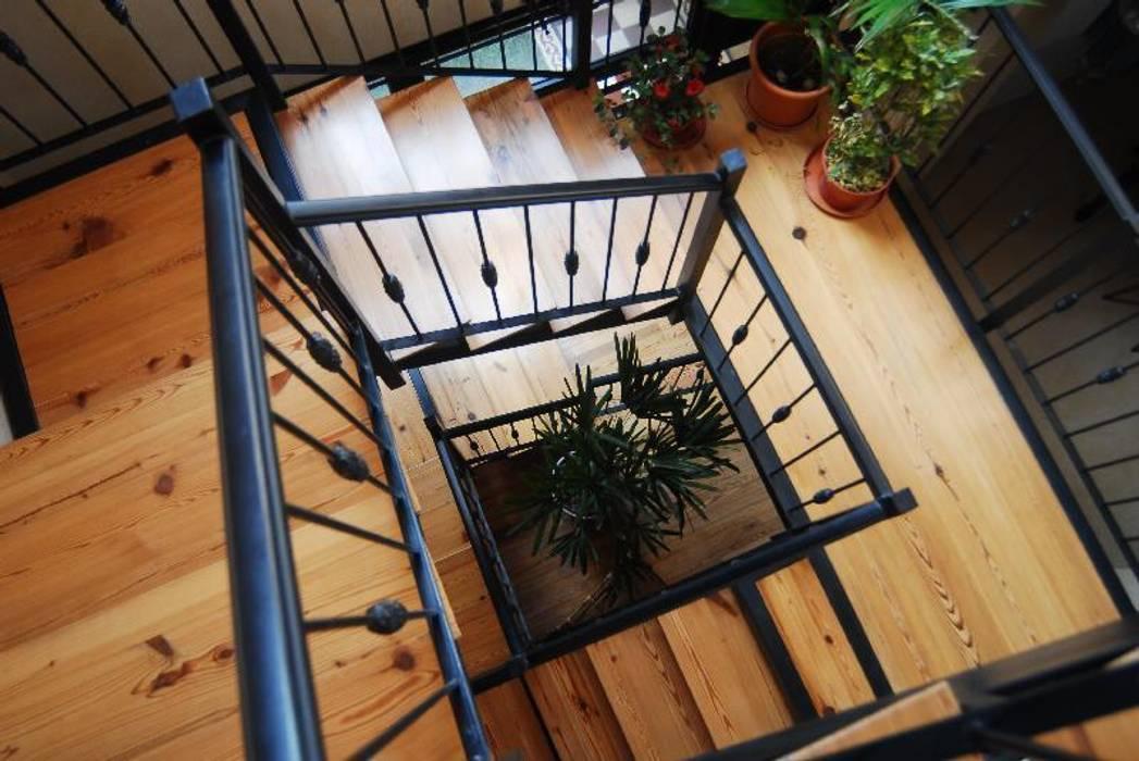 Escalera con materiales nobles y livianos Pasillos, vestíbulos y escaleras eclécticos de Parrado Arquitectura Ecléctico