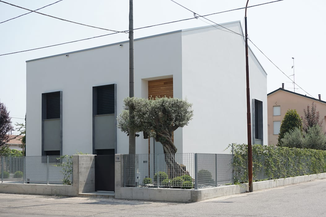 Fronti strada: Case in stile in stile Minimalista di Plus Concept Studio