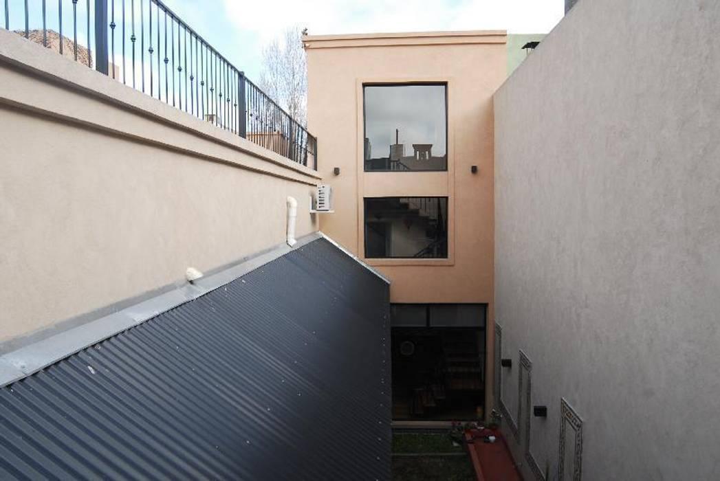 Contrafrente y patio.: Jardines de estilo  por Parrado Arquitectura