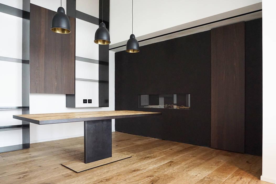 Parete camino, parete attrezzata, tavolo pranzo: Soggiorno in stile in stile Minimalista di Plus Concept Studio