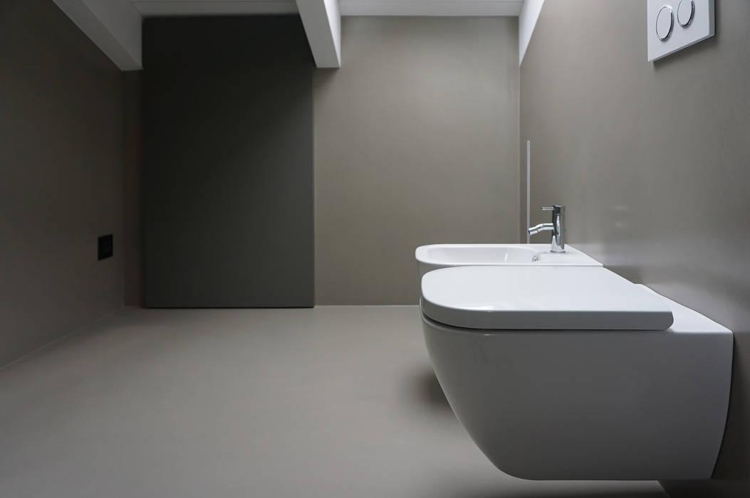 Bagno mansarda: Bagno in stile in stile Minimalista di Plus Concept Studio