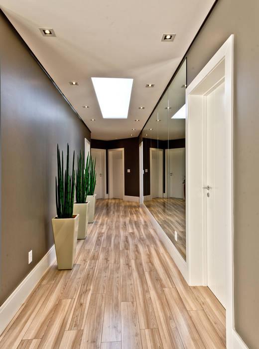 Pasillos y vestíbulos de estilo  de Espaço do Traço arquitetura, Moderno