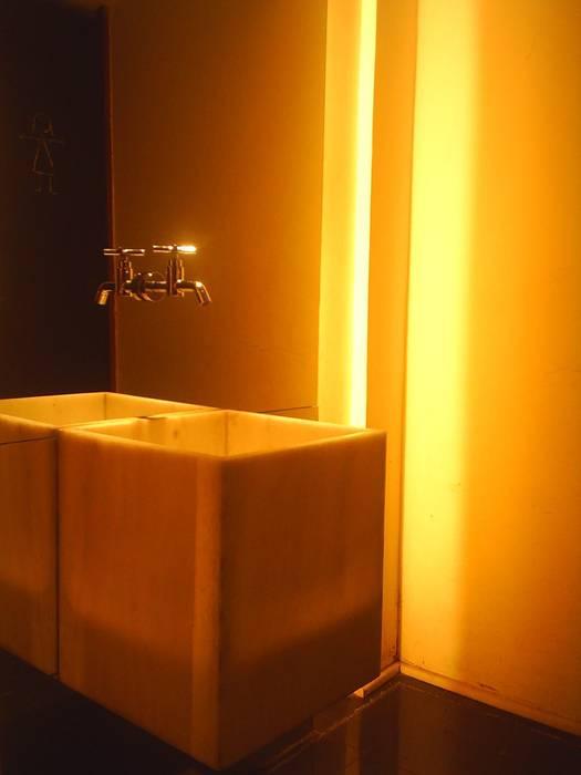 Banheiros Espaços gastronômicos modernos por Flavia Lucas & Adriana Esteves - Arquitetura Moderno