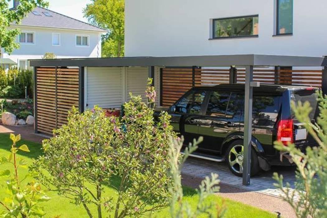Carport mit weißer schiebetür in stahlwelle: garage & schuppen von ...