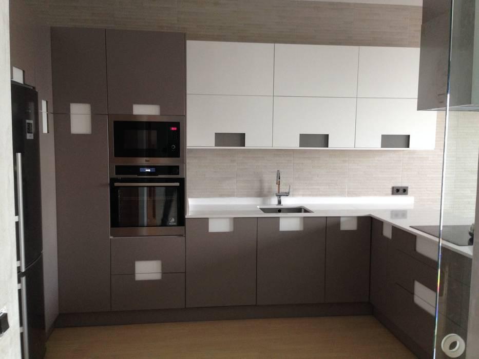 Cocina lacada con combinacion de colores de estilo de - Muebles los pepotes ...