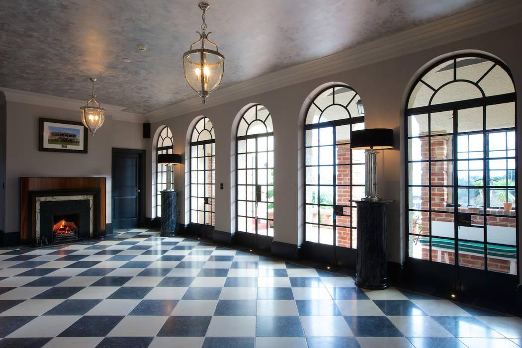 Tora Blue Limestone floor tiles in a tumbled finish. Salas de estilo clásico de Artisans of Devizes Clásico
