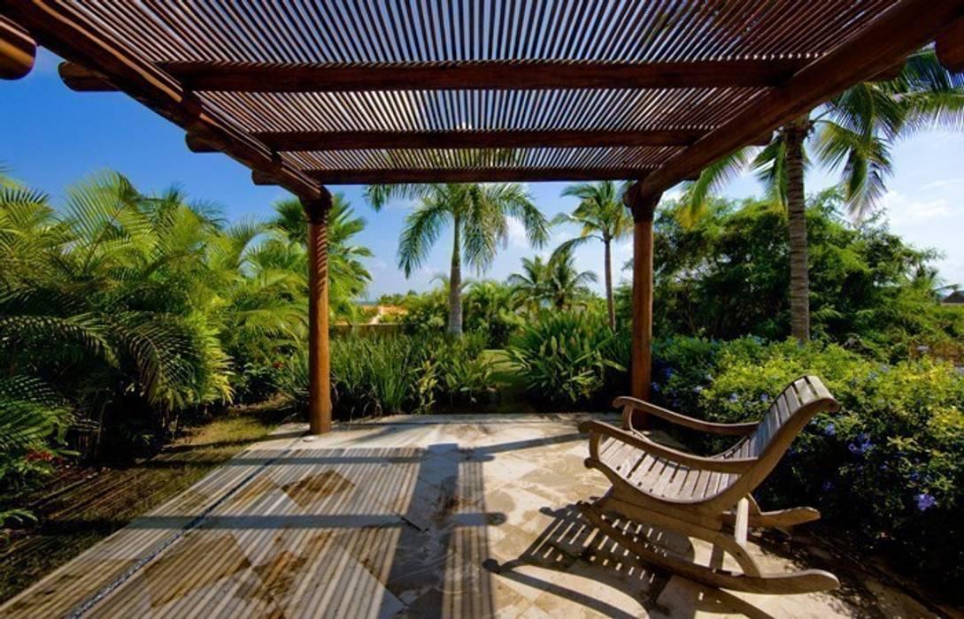 Tropischer Balkon, Veranda & Terrasse von BR ARQUITECTOS Tropisch
