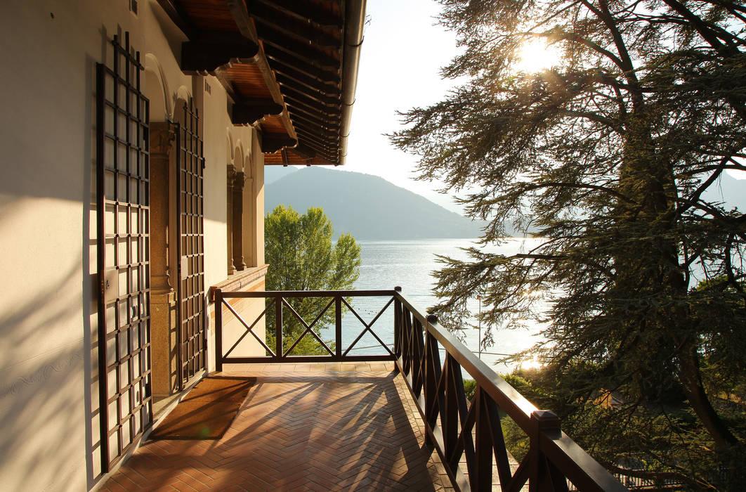 il ballatoio con vista lago: Terrazza in stile  di isabella maruti architetto