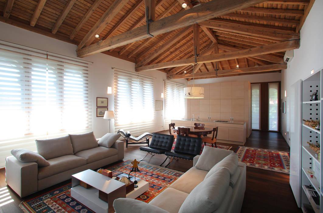 tetto a vista: Soggiorno in stile in stile Moderno di isabella maruti architetto