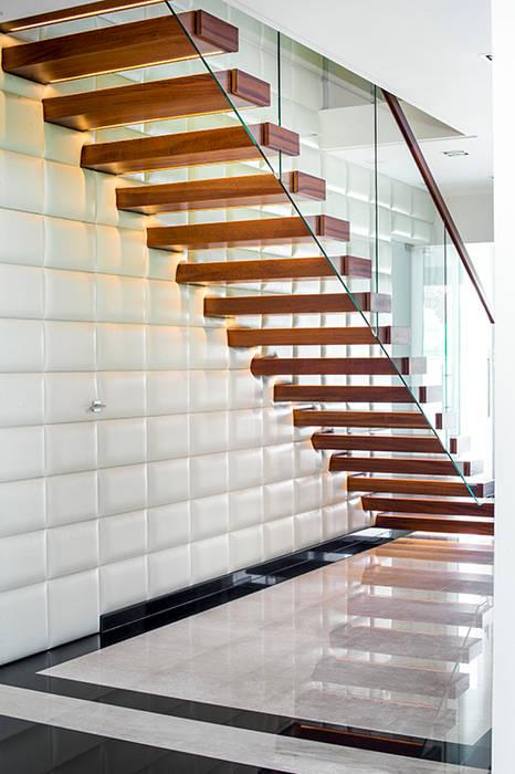 Schody wspornikowe na tle tapicerowanej ściany: styl , w kategorii Korytarz, hol i schody zaprojektowany przez KAISER Schody Sp. z o.o.,