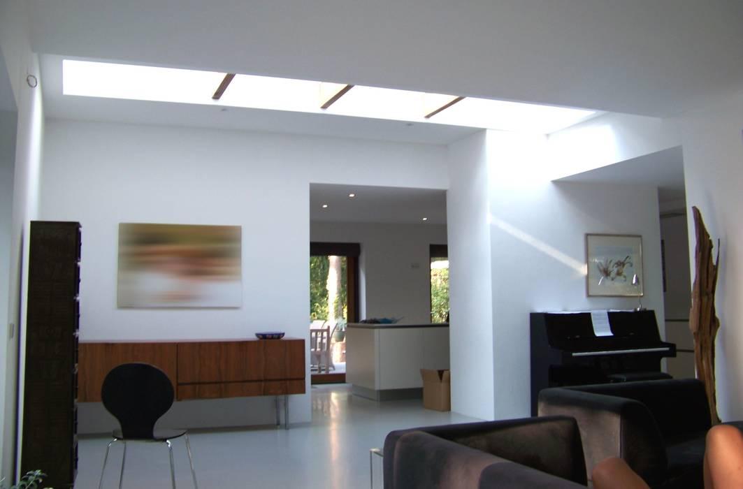 Bosvilla Soest: moderne Woonkamer door Bureau MT