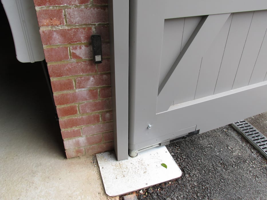 Underground motors for a discrete finish Modern garage/shed by Portcullis Electric Gates Modern