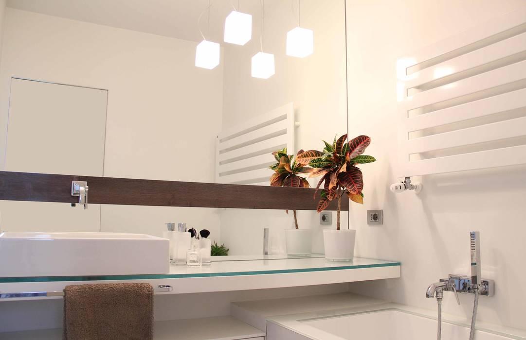bagno padronale: Bagno in stile in stile Minimalista di Elisa Rizzi architetto