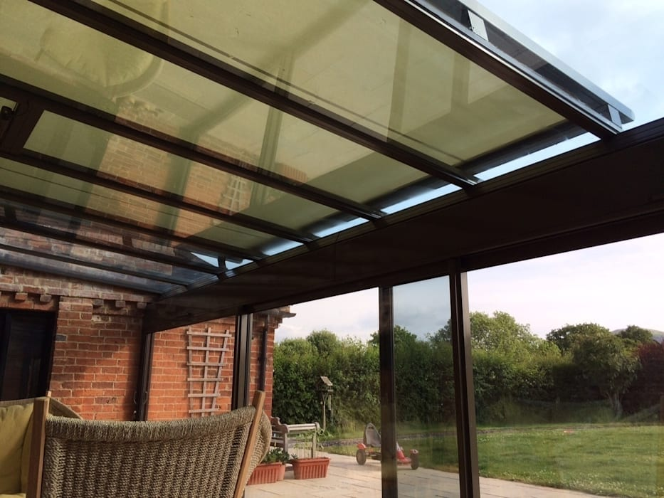 External Roof Blind Installation in Worcestershire. de homify Moderno