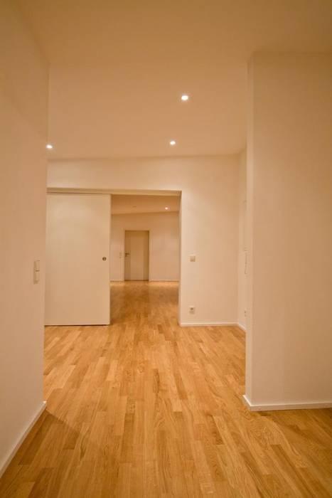 Modern Corridor, Hallway and Staircase by BPLUSARCHITEKTUR Modern