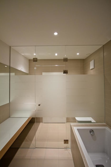 Bathroom by BPLUSARCHITEKTUR, Modern