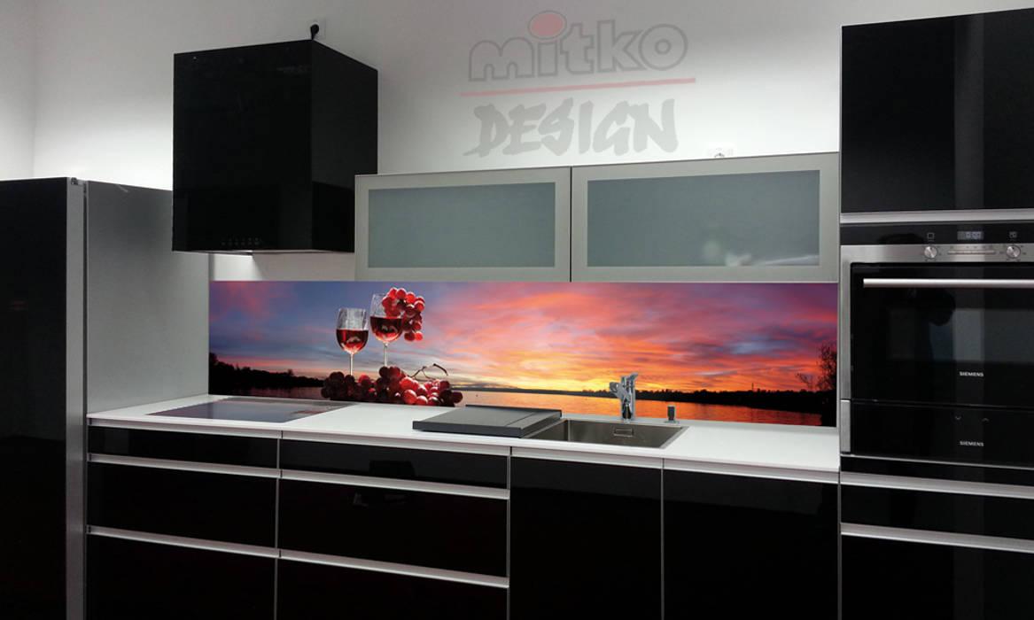 Bedrucktes glas statt fliesen: moderne küche von mitko design | homify