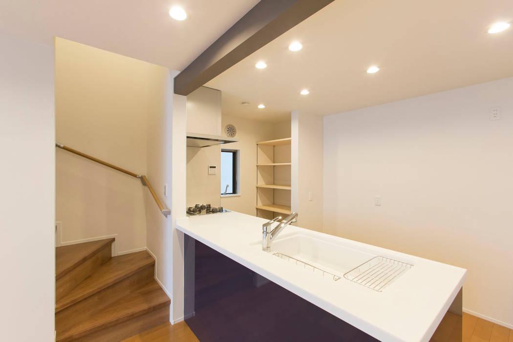 キッチン: 秦野浩司建築設計事務所が手掛けたキッチンです。,モダン