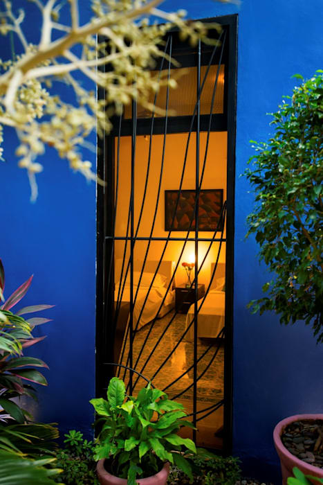 Patio Azul - Recámara de Huespedes: Ventanas de estilo  por Taller Estilo Arquitectura
