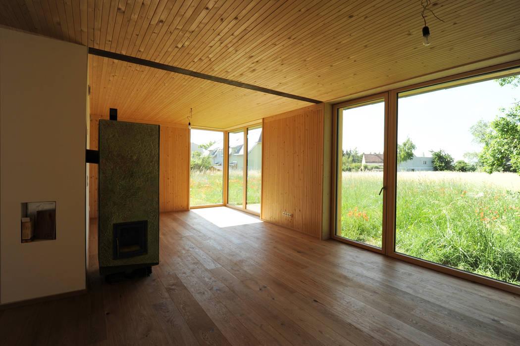 Innenansicht Wohnbereich Erdgeschoß Symbios Architektur Moderne Wohnzimmer Holz Braun