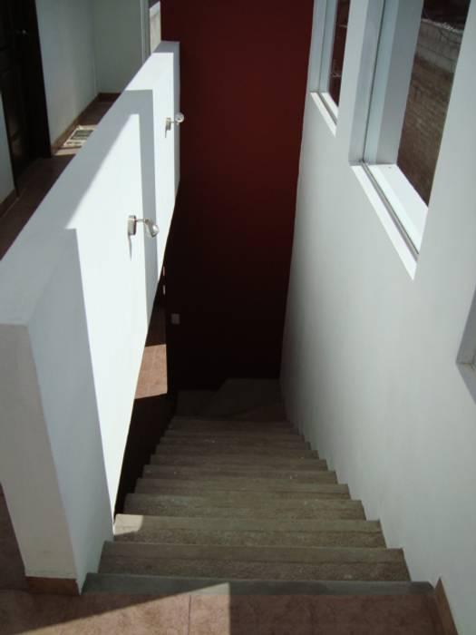 CASA SS Pasillos, vestíbulos y escaleras modernos de ODRACIR Moderno
