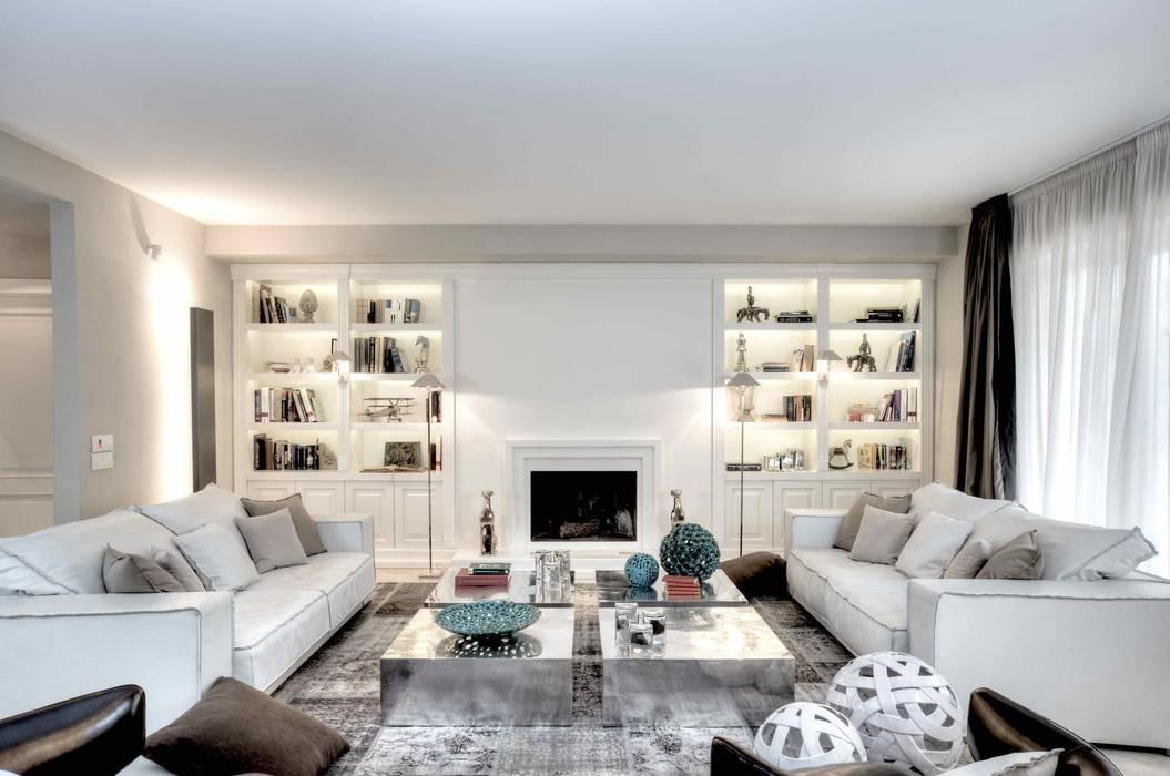 Salotto con camino e librerie soggiorno in stile di for Casa stile contemporaneo