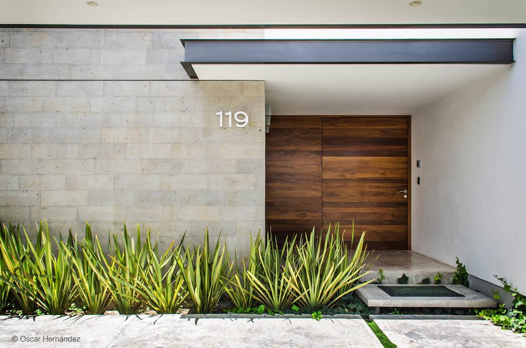 Puertas de entrada de estilo  de homify, Moderno