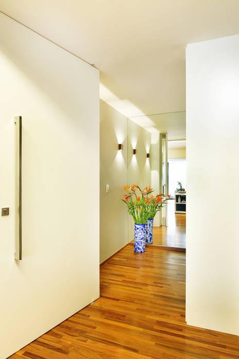 Thaisa Camargo Arquitetura e Interiores Modern corridor, hallway & stairs Multicolored