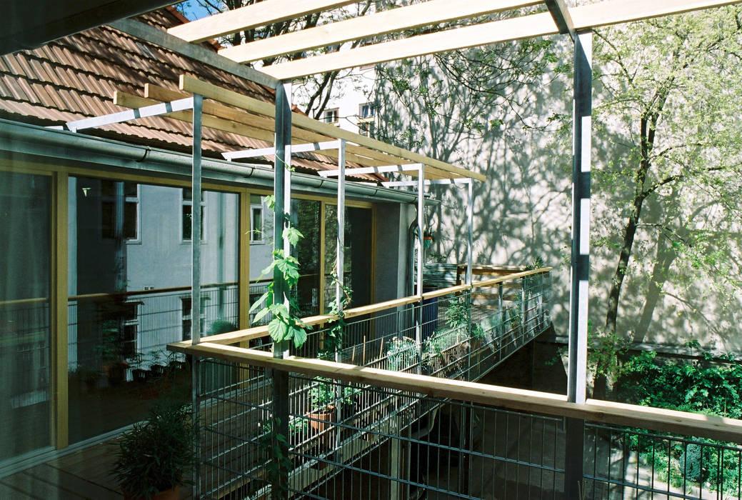 green space—railing and pergola Modern Terrace by allmermacke Modern Wood Wood effect
