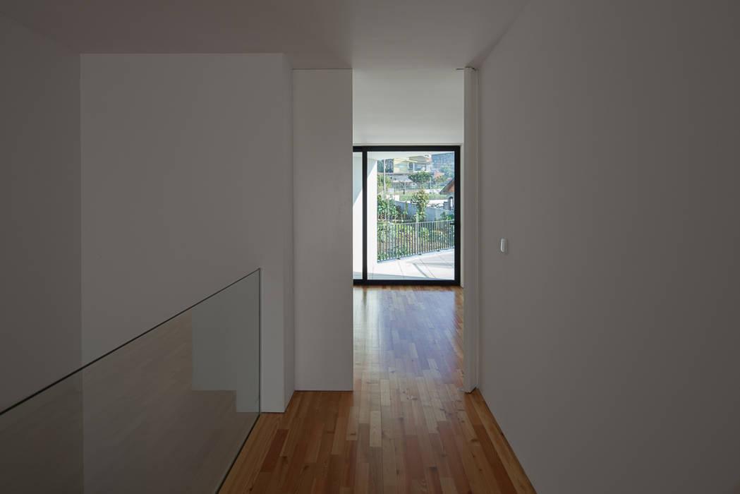 a PEDROHENRIQUE|ARQUITETO Corredores, halls e escadas modernos