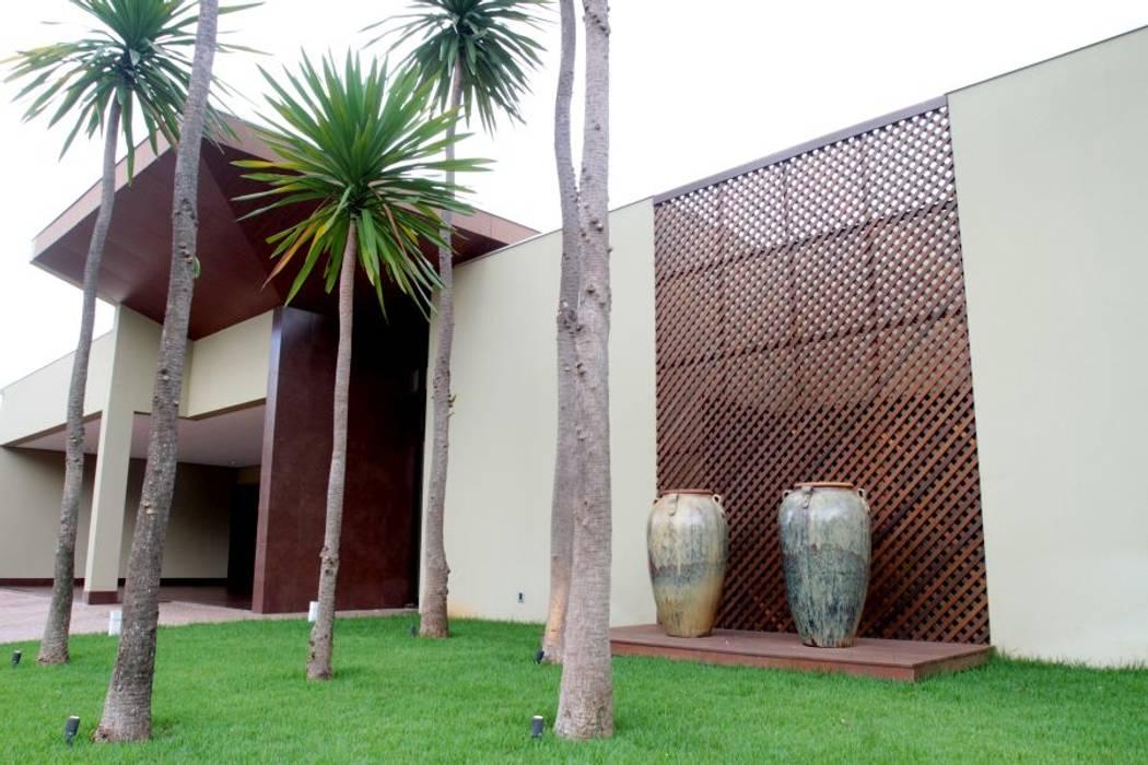 Tropical style houses by RABAIOLI I FREITAS Tropical Wood Wood effect