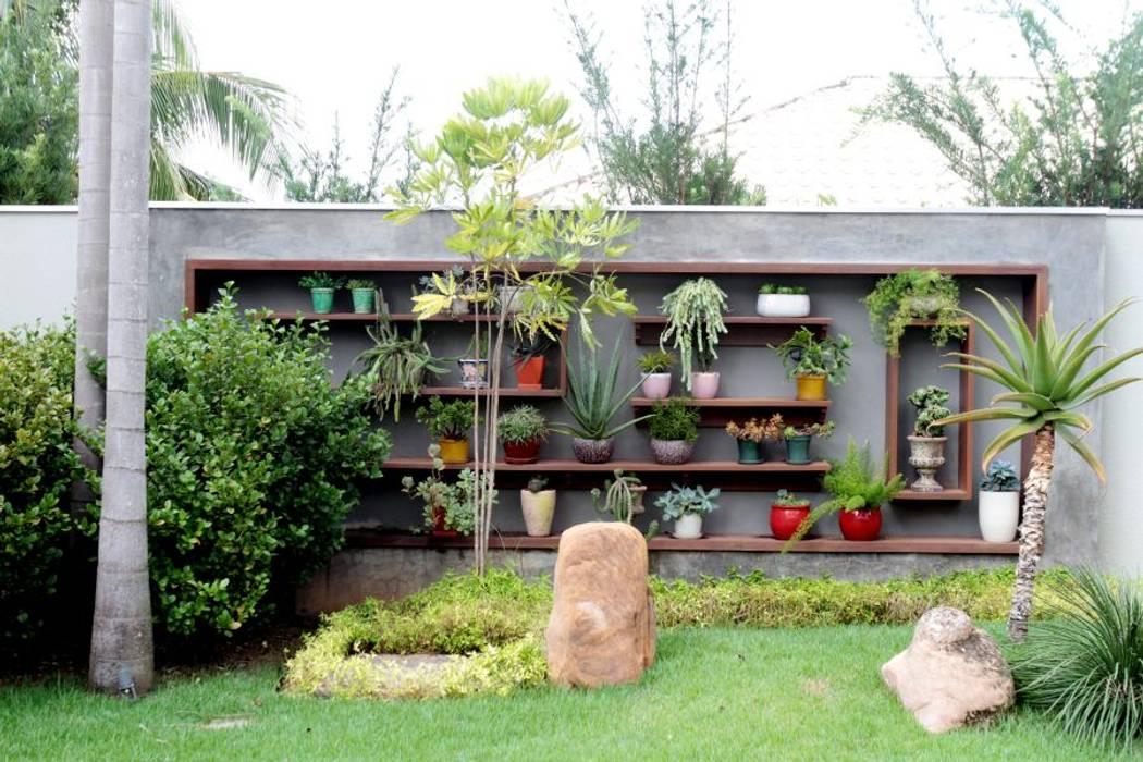 Espaço Gourmet em sintonia com o Paisagismo Exuberante Jardins tropicais por RABAIOLI I FREITAS Tropical Madeira Efeito de madeira