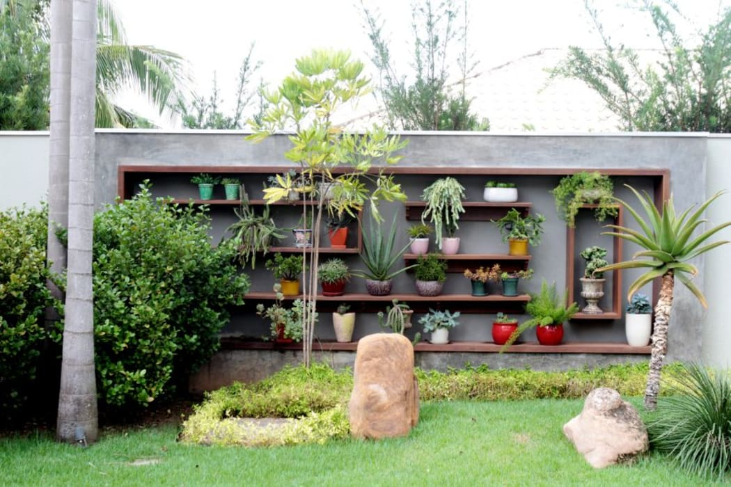 Tropical style garden by RABAIOLI I FREITAS Tropical Wood Wood effect