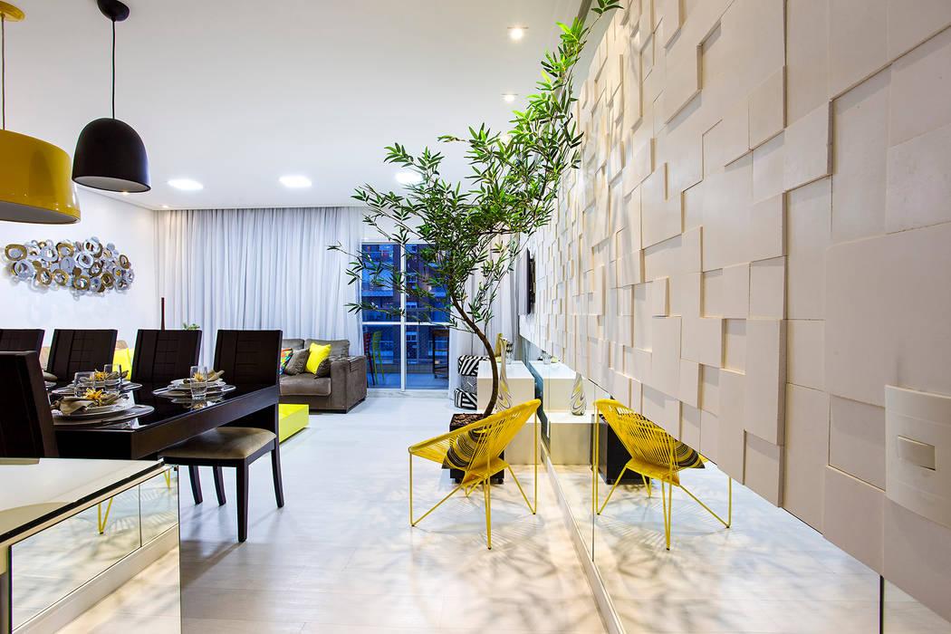 现代客厅設計點子、靈感 & 圖片 根據 Amanda Pinheiro Design de interiores 現代風 石器