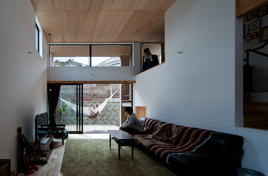 Living room by 藤森大作建築設計事務所