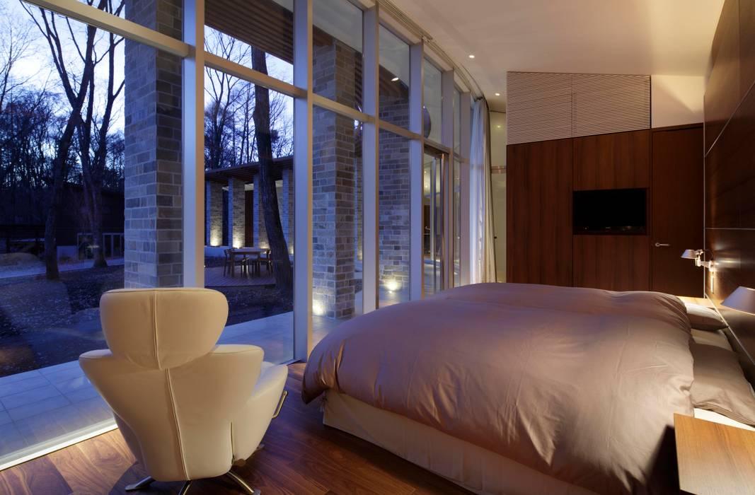 LDK夜景 | 軽井沢の別荘建築 | 弧線上のVILLA Mアーキテクツ|高級邸宅 豪邸 注文住宅 別荘建築 LUXURY HOUSES | M-architects モダンスタイルの寝室