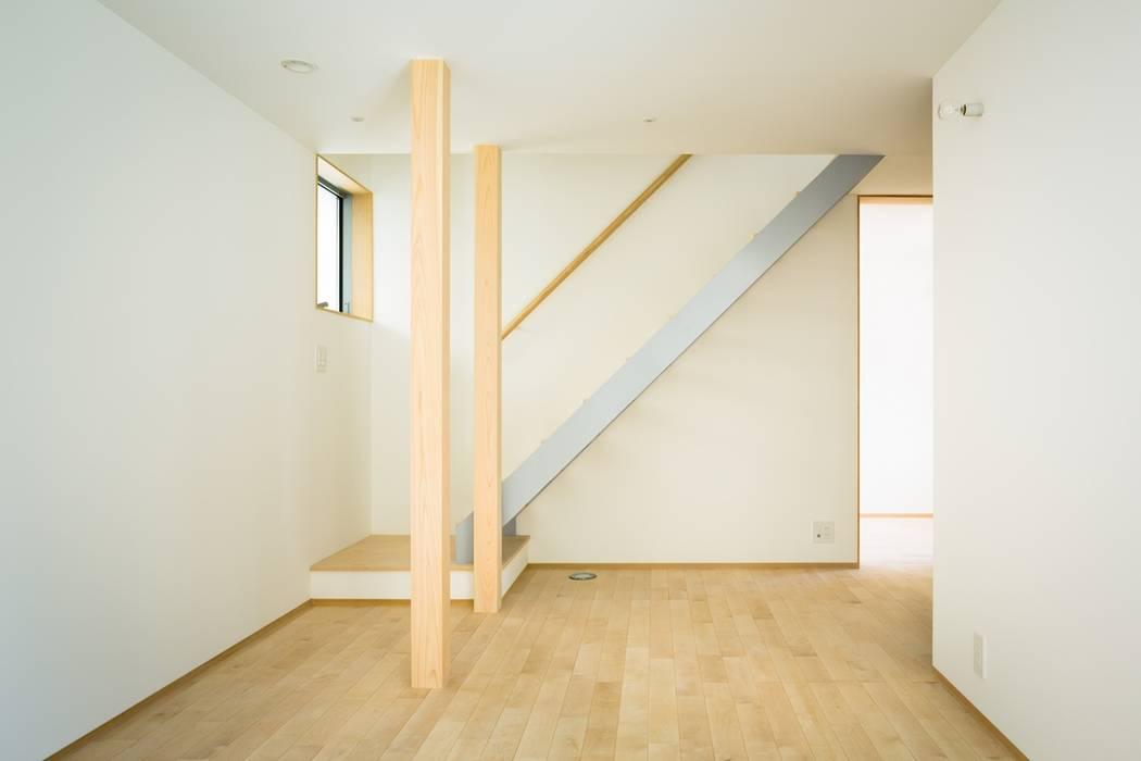 大高の家/ House in Odaka 市原忍建築設計事務所 / Shinobu Ichihara Architects 北欧スタイルの 玄関&廊下&階段 金属 灰色