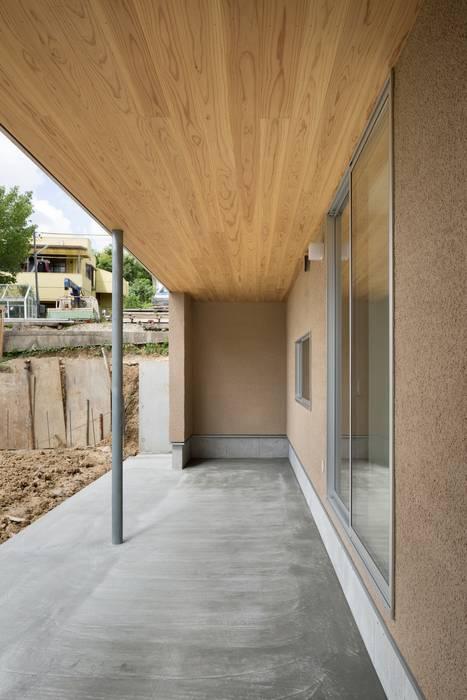 大高の家/ House in Odaka 市原忍建築設計事務所 / Shinobu Ichihara Architects 北欧デザインの テラス 無垢材 ベージュ