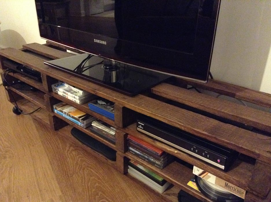 Pallet TV stand and shelving: rustic  by The Pallet House, Rustic Wood Wood effect
