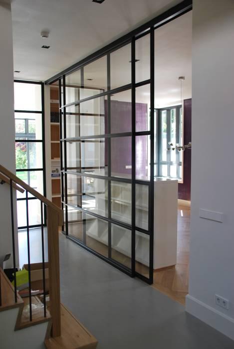 Modern Corridor, Hallway and Staircase by Architektenburo J.J. van Vliet bv Modern