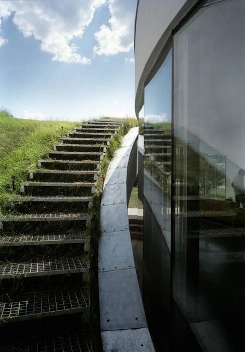 Outrial House Flur, Diele & Treppenhaus von KWK Promes