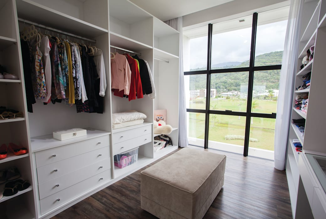 Minimalist style dressing rooms by ZAAV Arquitetura Minimalist
