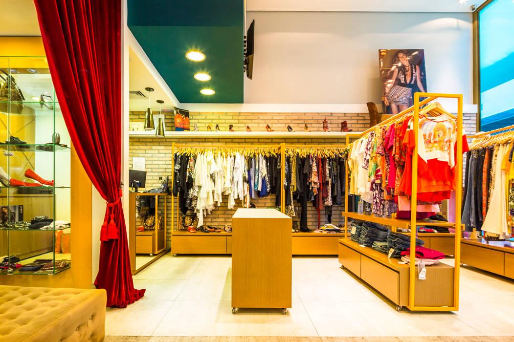 Interior da loja Escritórios modernos por Enzo Sobocinski Arquitetura & Interiores Moderno Derivados de madeira Transparente
