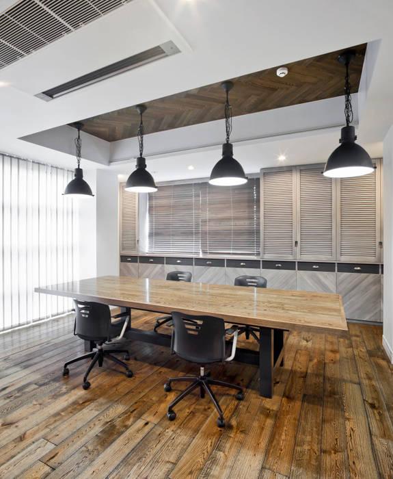Arbeitszimmer von 有限会社スタジオA建築設計事務所, Rustikal