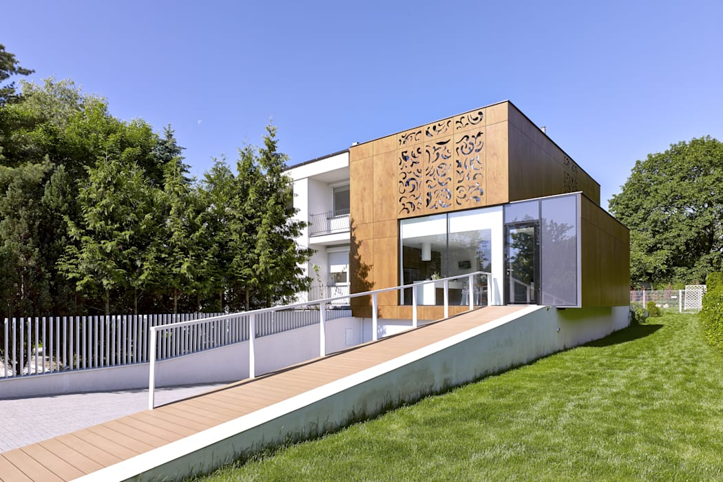 Дома в стиле модерн от KLUJ ARCHITEKCI Модерн