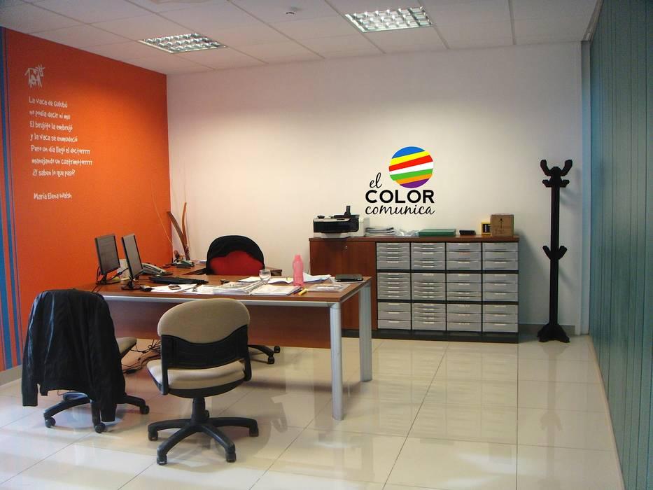Colores de la marca plasmados en el Diseño interior. El Color Comunica ®: Estudios y oficinas de estilo moderno por Consultora Gallardo