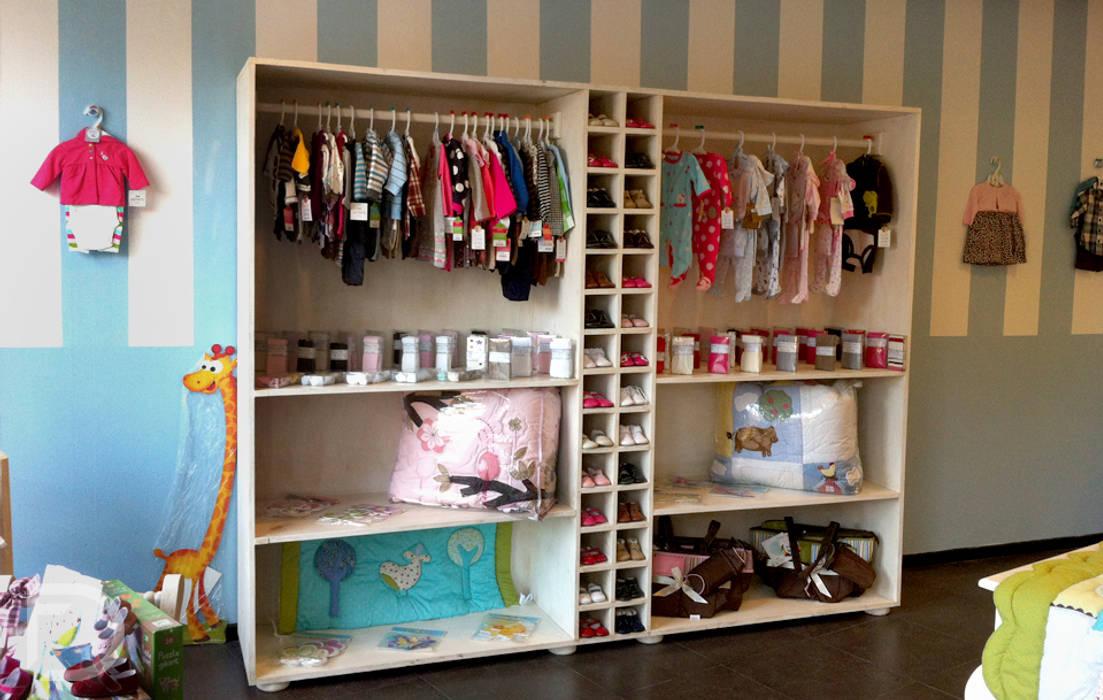 Exhibidor zapatos, ropa y accesorios.: Oficinas y tiendas de estilo  por ESTUDIO FD